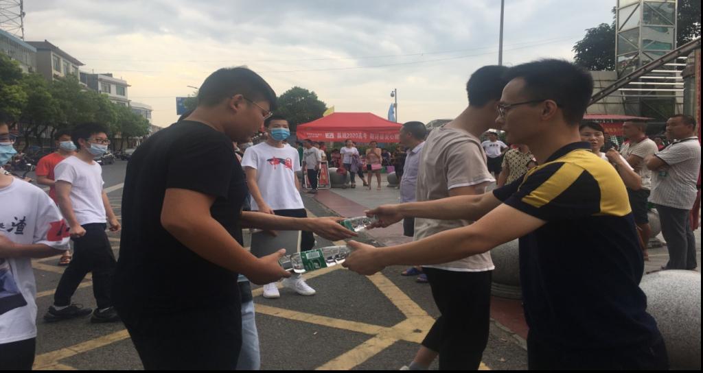 湖南挚友律师事务所党支部开展爱心助考活动
